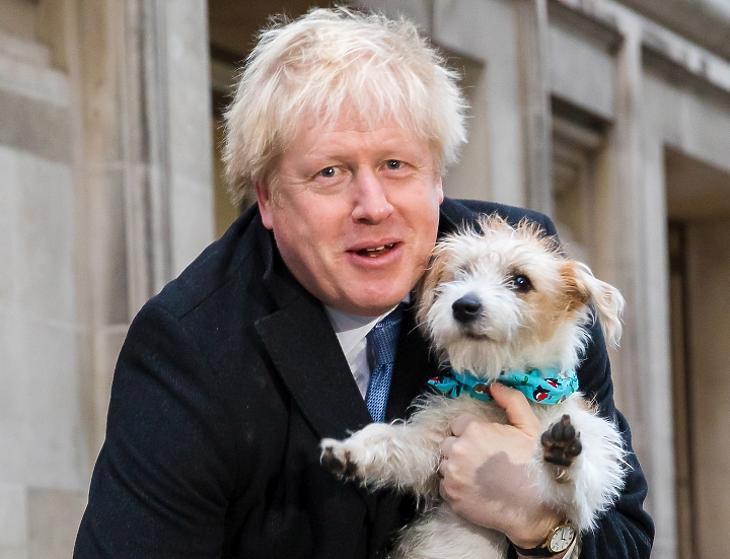 Boris Johnson konzervatív párti brit miniszterelnök kutyájával, Dilynnel együtt távozik egy londoni szavazóhelyiségből 2019. december 12-én, az előrehozott parlamenti választástok napján. MTI/EPA/Vickie Flores