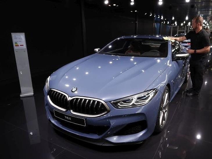 A BMW a 2018-as párizsi autószalonon. Fotó: EPA/IAN LANGSDON