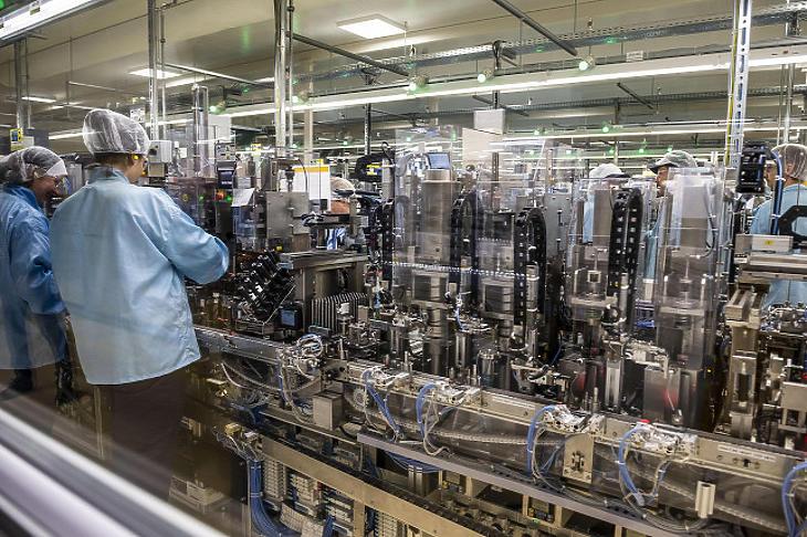 Dolgozók a Denso Gyártó Magyarország Kft. egyik gyártócsarnokában Székesfehérváron 2019. szeptember 20-án. (Fotó: MTI/Bodnár Boglárka)