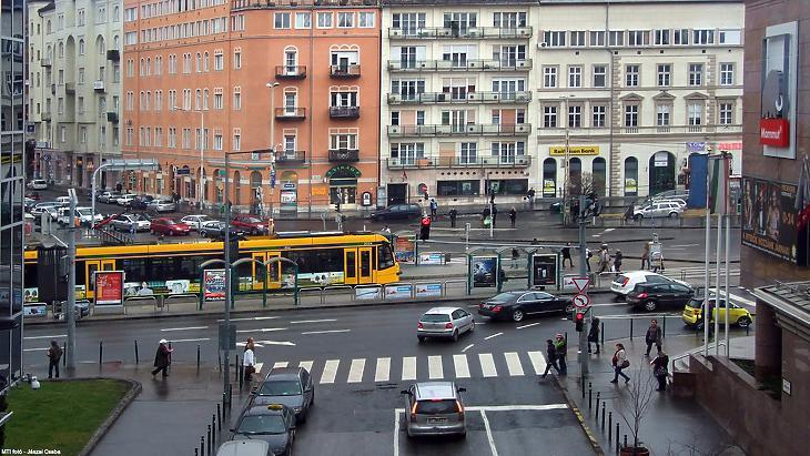 Széna téri forgalom, a tujával már ingyen utazhatnak a fiatalok