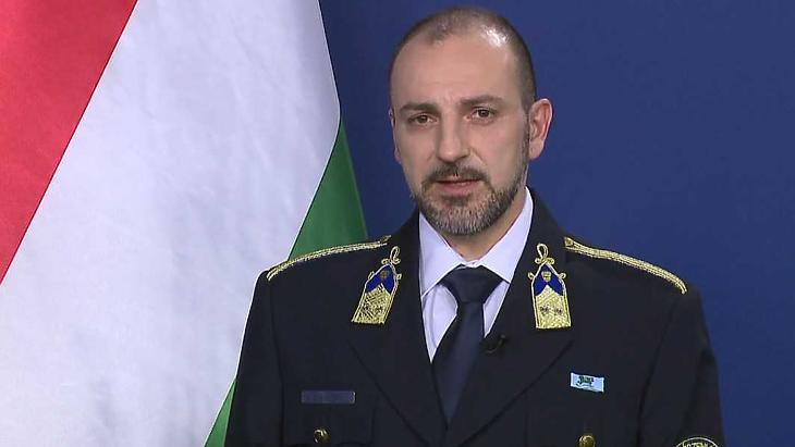 Kiss Róbert rendőr alezredes, az operatív törzs központi ügyeletének munkatársa. Fotó: koronavirus.gov.hu