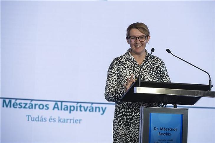 Mészáros Beatrix, a Mészáros csoport operatív vezetője beszédet mond a Mészáros Alapítvány V. konferenciáján az egerszalóki Saliris Resort Spa & Konferencia Hotelben 2021. augusztus 27-én. (Fotó: MTI/Komka Péter)