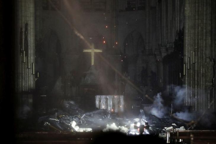 A leégett Notre-Dame-székesegyház belseje, 2019. április 15-én késő este. (Fotó: EPA/YOAN VALAT)