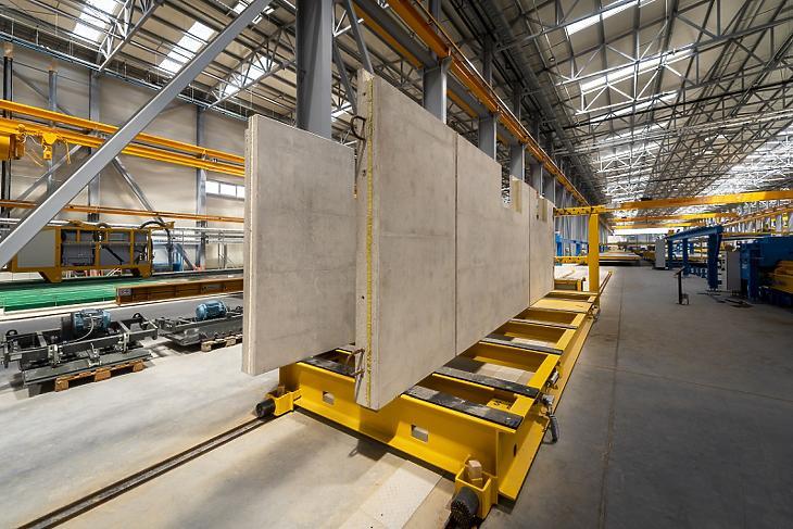 Elindult a termelés az ország legnagyobb építőelem-előregyártó üzemében. Fotó: MTI