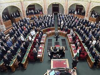 Október közepéig tarthat a parlamenti képviselők nyári szünete