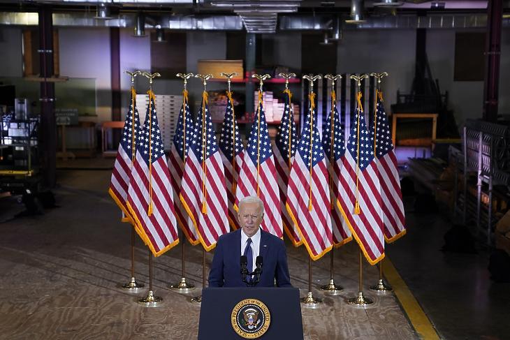 Joe Biden bejelenti a 2000 milliárd dolláros gazdasági csomagját a pennsylvaniai Pittsburgh-ben 2021. március 31-én. (Fotó: MTI/AP/Evan Vucci)