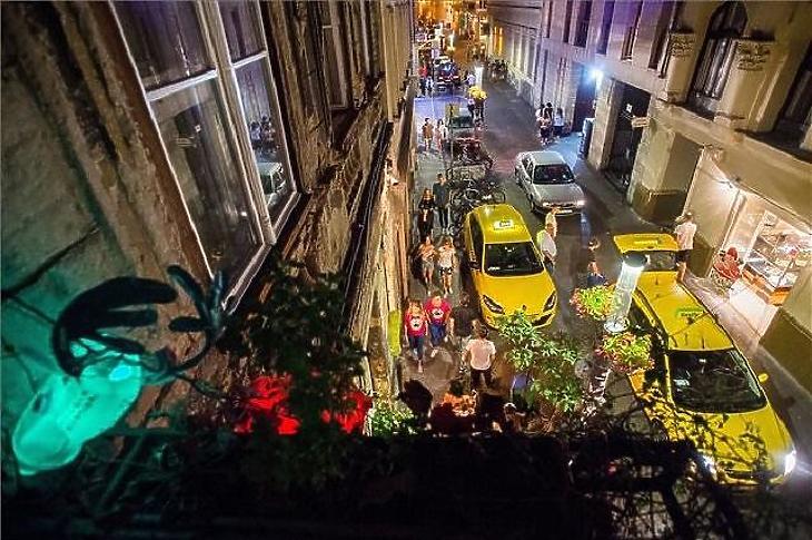 Tipikus esti jelenet a fővárosi Kazinczy utcában. (Fotó: MTI)