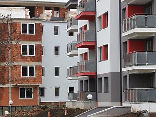 Az engedélyezett lakások fele nem készül el, mert nincs, ki felépítse