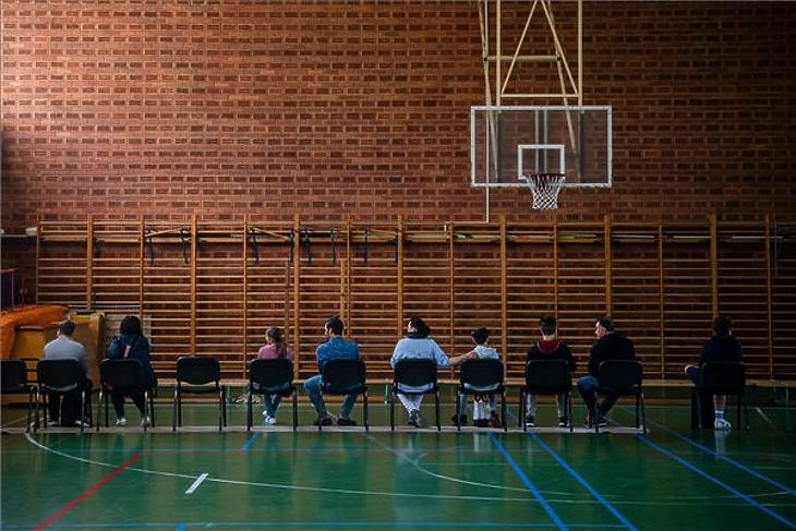 Diákok oltásra várnak szüleikkel Budapesten, a Városmajori Gimnáziumban 2021. augusztus 30-án. (Fotó: MTI/Balogh Zoltán)