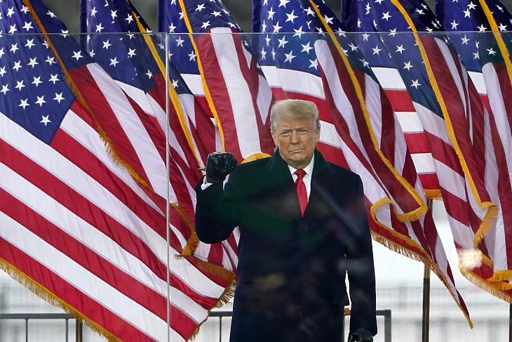 Donald Trump a támogatására rendezett tüntetésen a washingtoni Nemzeti Mallon 2021. január 6-án. Nem sokkal később szabadult el a pokol. (Fotó: MTI/AP/Jacquelyn Martin)