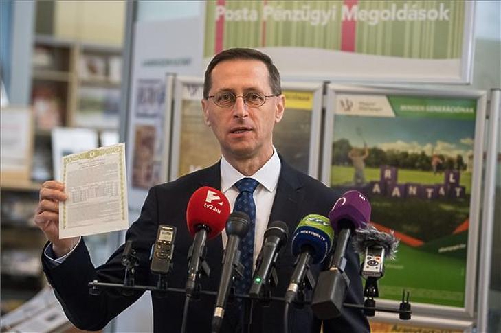 Varga Mihály a nyomtatott MÁP Plusszal. Fotó: MTI