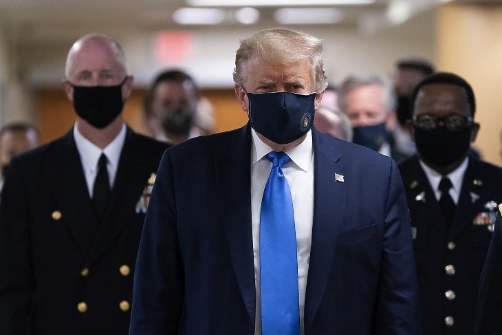 Donald Trump először júliusban viselt nyilvános helyen maszkot. Fotó: EPA/Chris Kleponis