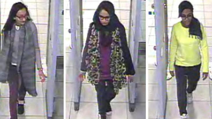 Shamima Begum és barátnői, Amira Abase és Kadiza Sultana amikor elhagyta Londont (A fotót a Gatwick repülőtér biztonsági rendszere rögzítette)
