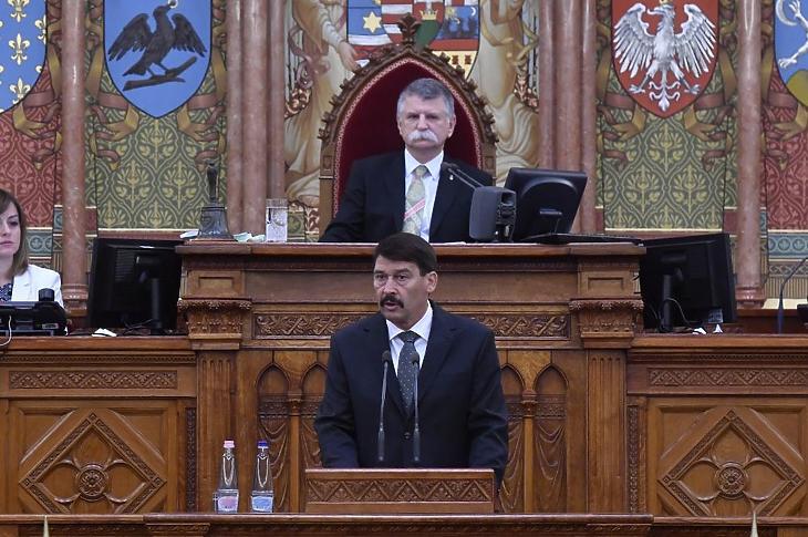 Áder János köztársasági elnök, mögötte Kövér László házelnök (Fotó: MTI/Máthé Zoltán)