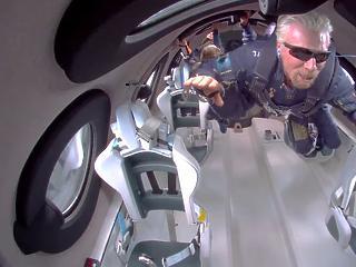 Richard Branson űrtörténelmet írt - 71 évesen súlytalanságban, a világűr peremén
