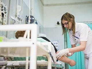 14 százalékkal emelkednek az egészségügyi szakdolgozói alapbérek