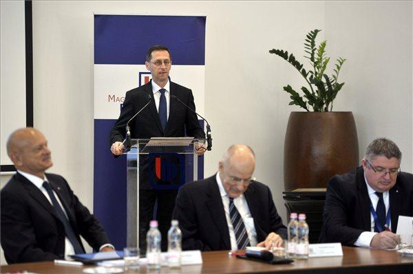 Varga Mihály beszédet mond a Magyar Bankszövetség éves testületi ülésén az Unicredit Bank székházában 2018. április 20-án. (MTI/Kovács Attila)