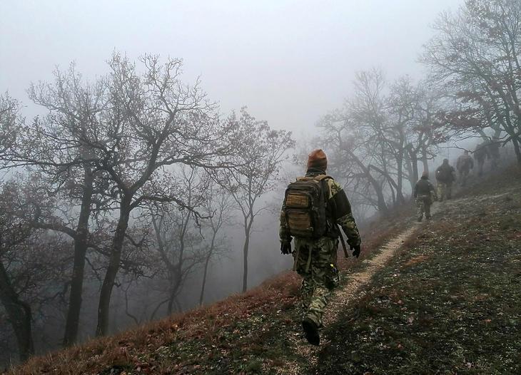 Menetgyakorlaton az MH 6. Sipos Gyula Területvédelmi Ezred 17. Területvédelmi Zászlóalj (Fejér megye) SÖTT-katonái 2020 decemberében. (Fotó: honvédelem.hu / Venguszt-Lachenbacher Andrea tartalékos főhadnagy)