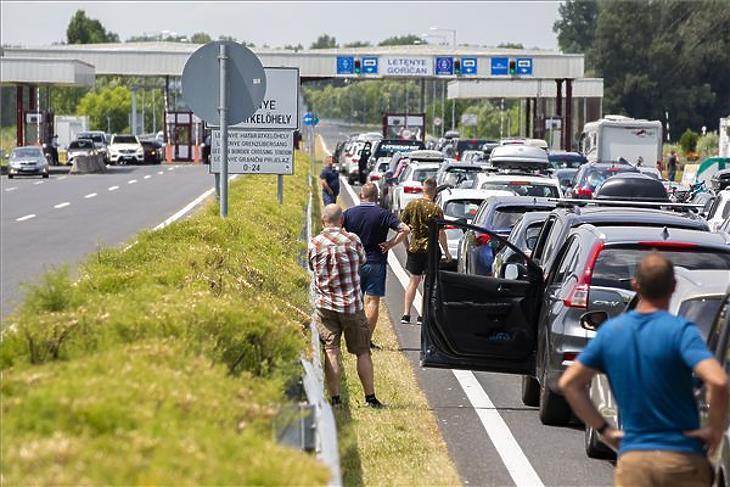 2020. nyár eleje: bedugult a letenyei határátkelő Horvátország felé. (Fotó: MTI/Varga György)