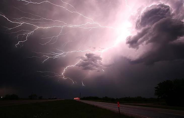 Viharként tombol már a messzi távol (Fotó: pixabay)